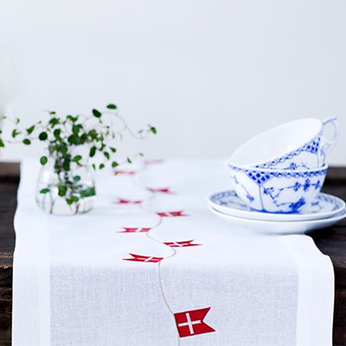 Billede af Langkilde & Søn bordløber broderet med dannebrogsflag